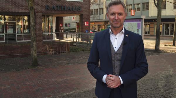 Jürgen Markwardt vor dem Rathaus der Hansestadt Uelzen